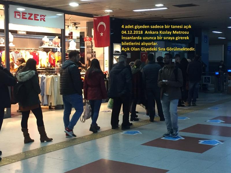 İnsanlara Eziyet Bu Olsa Gerek. Başkent'te Kızılay Metrosunda saat 13.40'da 4 Gişeden Sadece 1 Tanesi Açık Tutuluyor.