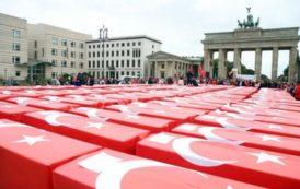 Almanya'nın tarihi meydanında dikkat çeken anma Türk bayrağına sarılı 251 tabut, Berlin'in tarihi Brandenburg Kapısı ve ABD'nin Berlin Büyükelçiliği önüne konuldu.