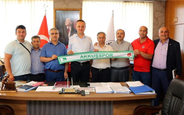 ZONGULDAK Belediye Başkanı Ömer Selim ALAN; Akkuşspor Atkısı ile Poz vererek. Akkuşlulara Olan Sevgisini Gösterdi