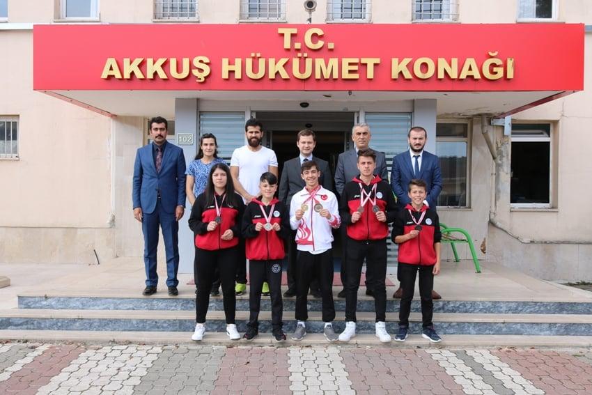 Şampiyonları Akkuş Kaymakamı Kabul Etti. Boksta Avrupa 3. Türkiye 1, Türkiye 2. Türkiye 3. Olan Sporcuları Kaymakam Bey Tebrik Etti.