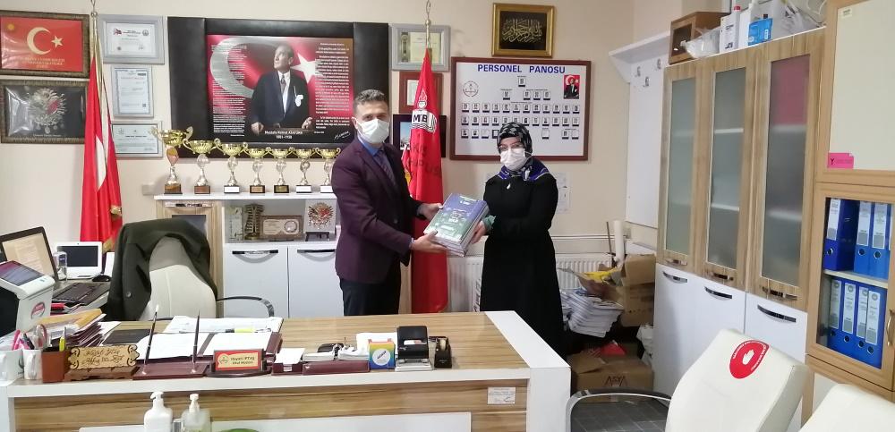 Akkuş Anadolu İmam Hatip Lisesi 8.sınıf öğrencilerine Haluk Levent'in başında bulunduğu Ahbap derneğinden LGS kaynak kitapları gönderildi.